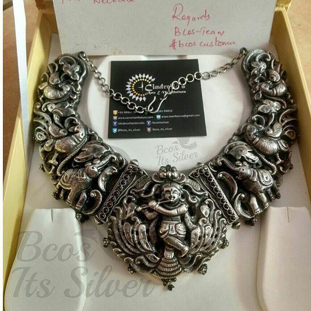 And the beautiful jewelry box holds more beautiful and unique nakshi choker . #nakshiaaram #nakshipendant #nakshijewellery #nakshinecklace #nakshi #nagasu #nagasnecklace #nagas #nakas #nakasnecklace #krishna #statementnecklaces #statementjewelry #statementnecklace #unique #uniquejewelry