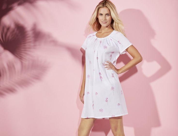 Une chemise de nuit légère pour les nuits d'été chaudes. Modèle Rivages, chemise de nuit courte manches courtes en voile de coton plumetis avec détail de broderie au décolleté. Composition : voile 100% coton #lingerie #nuit #mannequin #andreanilsson