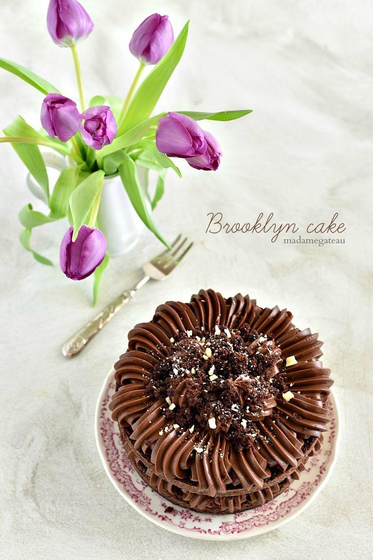 Brooklyn cake: dolce molto ricco composto da strati di pan di spagna al cacao e caffè molto soffici e umidi, farcita con una crema densa di cioccolato dalla consistenza molto simile a quella del budino, glassata con la stessa crema densa e ricoperta da finissime briciole ricavate dalla stessa base.