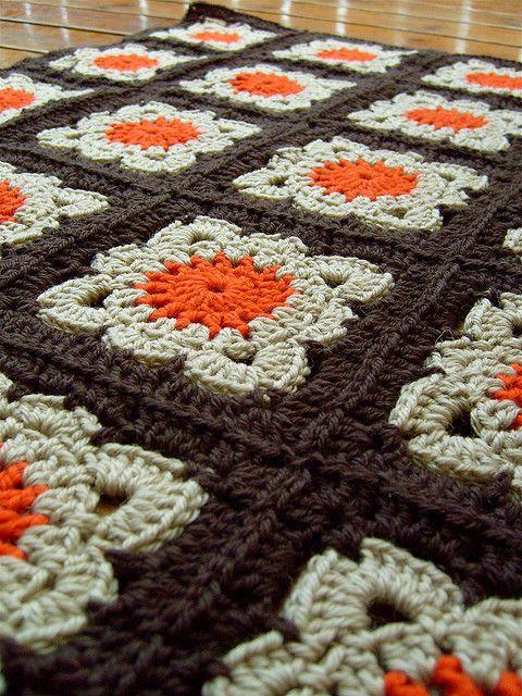 Manta con grannies... Bonita combinación de colores (naranja, beige y con unión en marrón)
