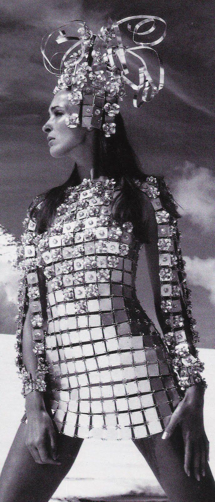 Pacco Rabanne (transição entre os anos 60 e 70)  tecidos metálicos  malhas metálicas inspiração em ficção científica.