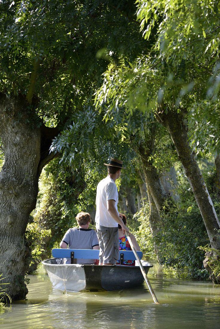 Balade dans le Marais Poitevin. calme, détente, sérénité. ©Pascal Baudry pour Sud Vendée tourisme. Plus d'info : www.sudvendeetourisme.com