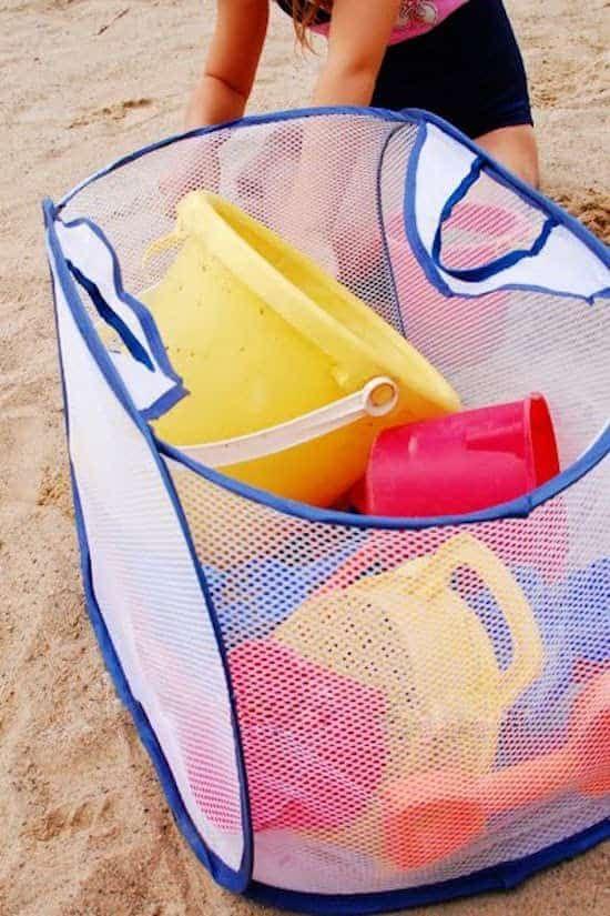 Un panier à linge est la solution parfaite pour ranger les jouets à la plage.