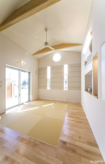 洋風のリビングに、畳コーナーを。#住宅 #新築 #家づくり #ldk #リビング #畳コーナー #化粧梁 #設計事務所 #菅野企画設計