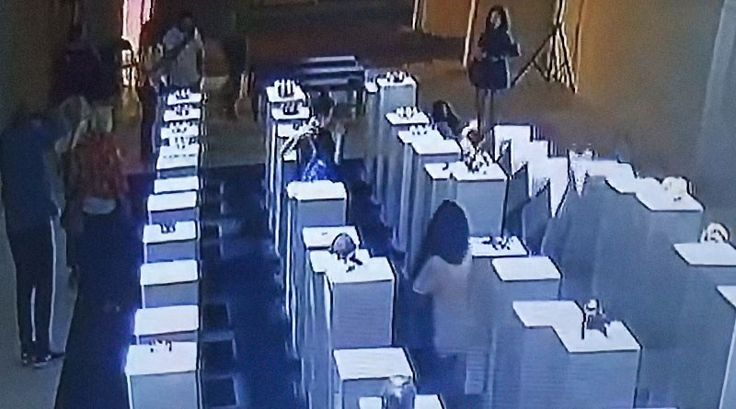 Um prejuízo de cerca de $200.000 dólares foi causado em uma exposição de Arte Contemporânea por uma mulher fotografando uma selfie. A mulher, cujo nome não foi divulgado, estava visitando uma exper…