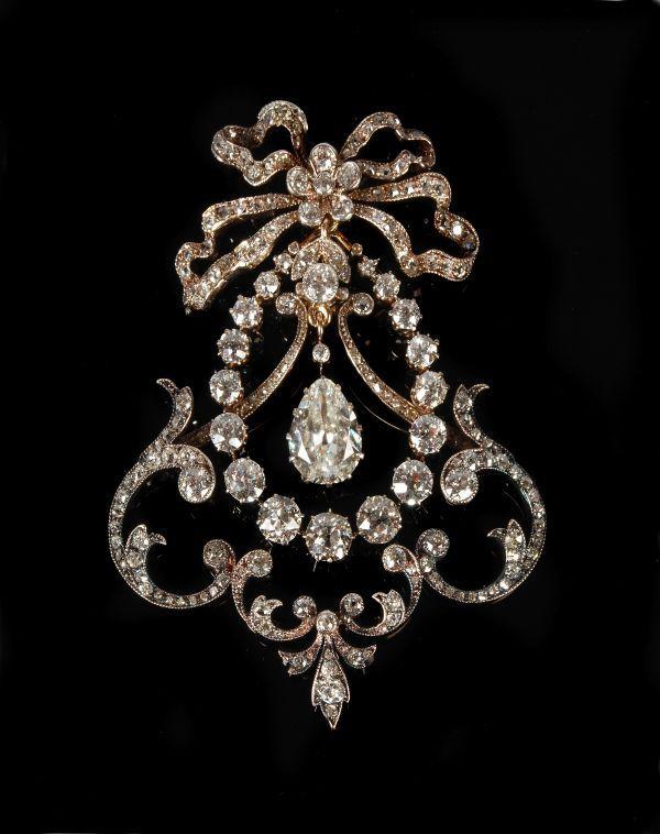 A Belle Epoque broche de diamantes, Alrededor de 1910, designed Como un botín articulado, La Caida de diamantes en forma de pera central, pe ...