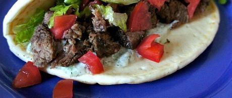 Gyros de Carne de Res con Salsa Tzatziki
