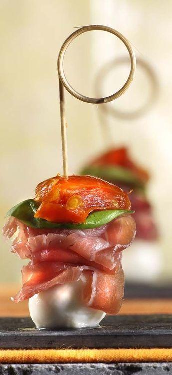 Italiaans spiesje - mini mozzarella, (parma)ham of bacon, basilicum en half (gedroogd) tomaatje