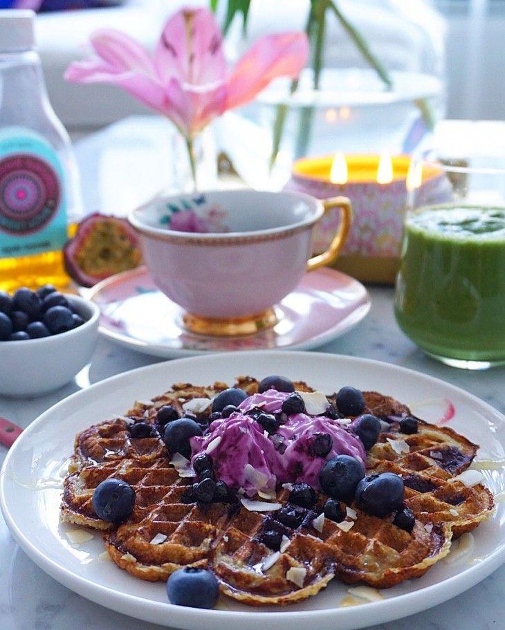 Supergoda och proteinrika bananvåfflor med smak av kokos och blåbär. Perfekt frukost eller mellanmål som håller dig mätt länge!