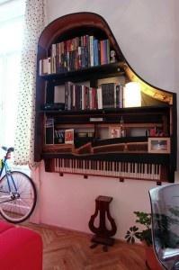Mueble librería reciclado de un piano de cola inservible
