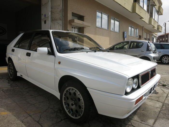 Lancia - Delta HF Integrale 16V - 1990  Lancia Delta HF Integrale 16v uit 1990 volledig behouden.Chassisnummer: ZLA831AB000512627. Motornummer. 1076381. Verenigd Koninkrijk documenten drie eigenaren sinds de eerste registratie. Lakwerk in goede staat. Origineel fabrieksinterieur in zeer goede originele staat. Geregistreerd in Verenigd Koninkrijk. 241.401 km niet-verifieerbaar. Links gestuurd.Motor remmen ophanging en bedrading onlangs volledig gereviseerd. Nieuwe bandenset onlangs…