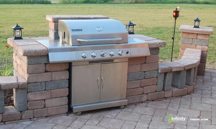 Integrieren Sie einen Grill aus ästhetischen und praktischen Gründen in Ihre Terrasse. Homestead ™ Stone ist perfekt; Es ist leicht zu schneiden und für endloses Design zu formen …