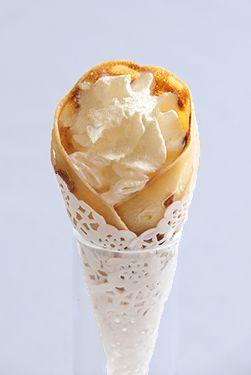Crêpes en cornet - pommes caramel beurre salé (chantilly pour les + gourmands) avec leur petits cornets en napperon papier dentelle