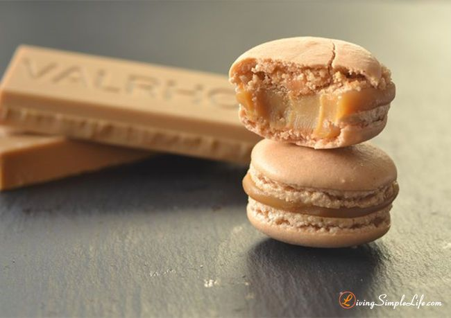 Macarons with a dulcey blond-chocolate ganache. The taste is like shortbread and caramelized white chocolate. Dulcey blonde from Valrhona is insanely delic