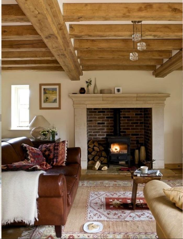 range buches, poêle rustique avec manteau de cheminée moderne, plafond en poutres de bois