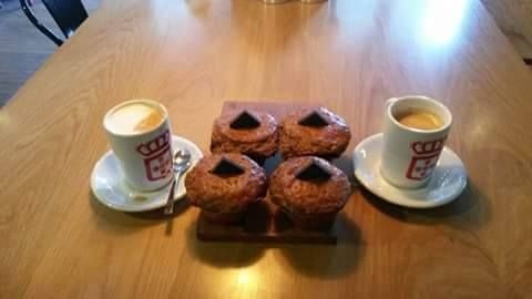 What a perfect weather to start the day with a cup of coffee.Where are you having your coffee.?I'd say Vida e caffe