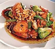 Острая курица с овощами и арахисом
