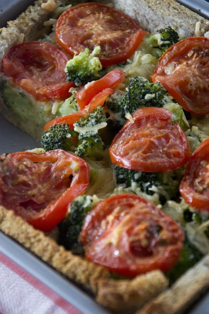 Hey! Een broodquiche met broccoli en tomaat! -- Moeite van het proberen waard! En zeker een stuk goedkoper dan bladerdeeg!