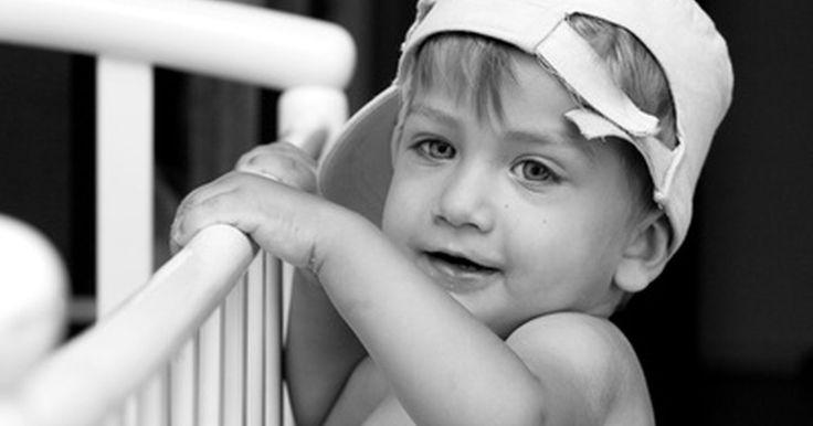 Como construir um berço que balança para um bebê. Um berço que balança é uma ótima primeira cama para um recém-nascido, bem como um presente maravilhoso para uma grávida. Construí-lo em vez de comprá-lo faz com que ele seja um presente mais significativo, além de poder ser personalizado. Os planos e padrões para a construção de um berço podem ser baixados de uma variedade de fontes (uma delas ...