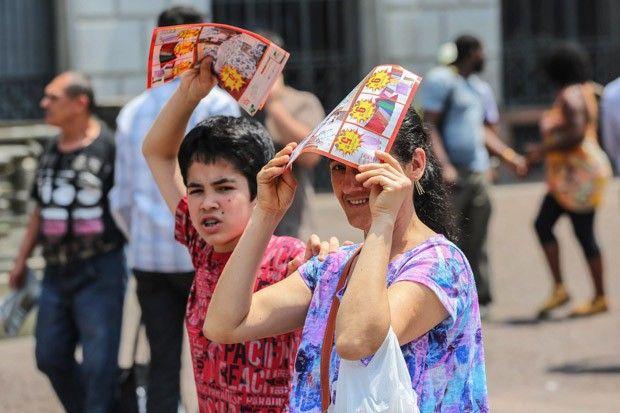 Paulistanos enfrentam calor no Viaduto do Chá, no centro de São Paulo (SP), no começo da tarde desta sexta-feira (17) (Foto: Renato S. Cerqueira/Futura Press/Estadão Conteúdo)