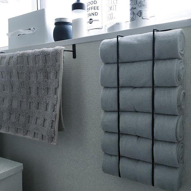 寒くなってきたので タオルをすぐ乾くものに変更!! サイズも小さめなので 干すのもらくらくー(*´∀`*) #キャンドゥ #タオル #バスタオル #home #マイホーム #100均 #100均インテリア #おうち #おうち時間 #写真の暗さよ…… #セリア #アイアンバー #タオル収納 #壁面収納 #DIY