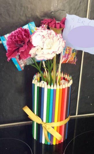 vase ou cache-pot fait maison multicolore, fabriqué avec des crayons de couleur.