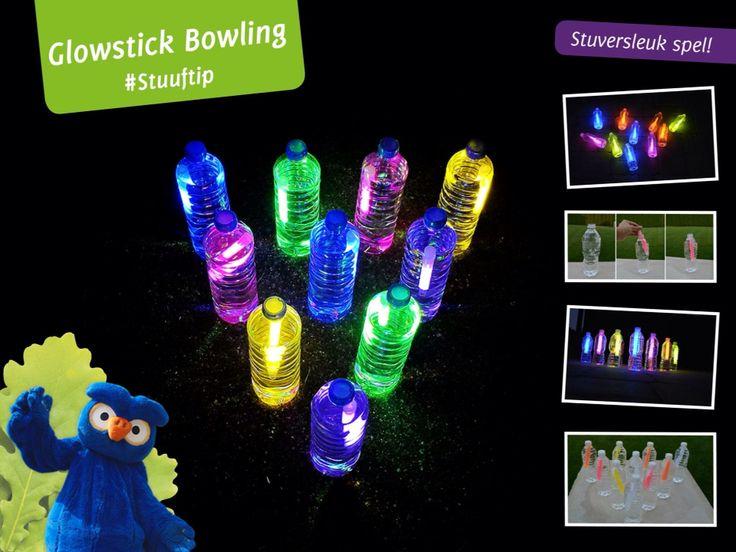 Glowstick-Bowling Dit heb je nodig: ✔ 10 glowsticks ✔ 10 lege flessen ✔ Bal  Zo doe je het: Verwijder alle etiketten van de flessen en vul deze met water. Vervolgens activeer je de glowsticks door deze te breken. Je vult iedere fles met een glowstick en schroeft de dop er weer op. Stel de flessen op zoals bowling pinnen. De achterste rij vier flessen, de derde rij drie, de tweede rij twee en tenslotte één fles aan de voorzijde.