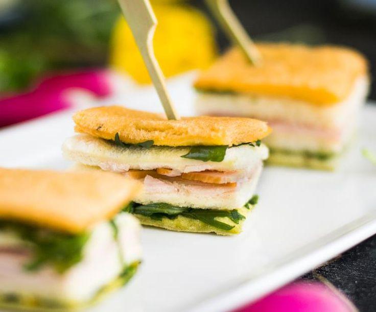 Finger Sandwiches Turkey: Engelse kleine sandwiches van witbrood met gerookte kalkoen, piccalilly en mayonaise.