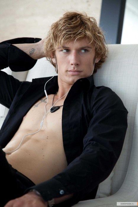 Really dark shirts on blonde guys= good combo.
