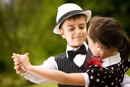 Mężczyzna jest zobowiązany poprosić do tańca gospodynię (w wypadku wesela pannę młodą) oraz każdą z kobiet ze swojego stolika, jeżeli jest on mały. Pierwszy taniec powinien jednak zatańczyć ze swoją żoną lub partnerką, z którą przyszedł. Z osobą sobie nieznaną można przetańczyć pod rząd najwyżej dwa tańce.  Gospodarz i mężczyźni z nim zaprzyjaźnieni powinni zadbać o to, by wszystkie panie, których nikt nie prosi do tańca dobrze się bawiły.