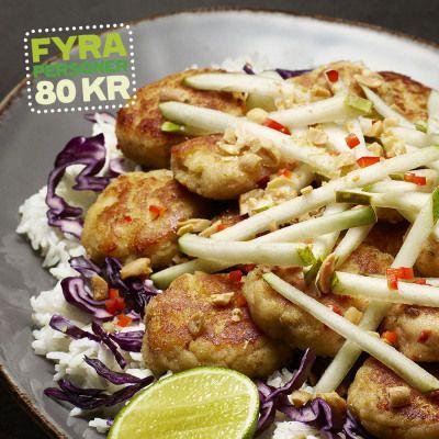 Fishcakes med ingefära, chili och kokosmjölk toppas med päron och jordnötter, så gott! Recept av Lotta Lundgren