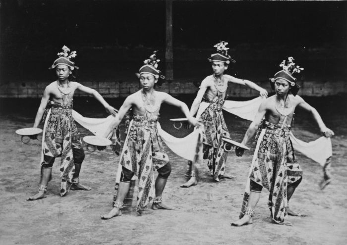 Beksan Entheng traditional Javanese dance, Keraton Yogyakarta, 1870-1900.   (Tropenmuseum)