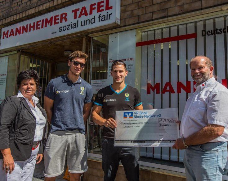 Löwen unterstützen die Mannheimer Tafel: Niklas Landin und Roko Peribonio übergeben einen Scheck an die Mannheimer Tafel! #loewenherz