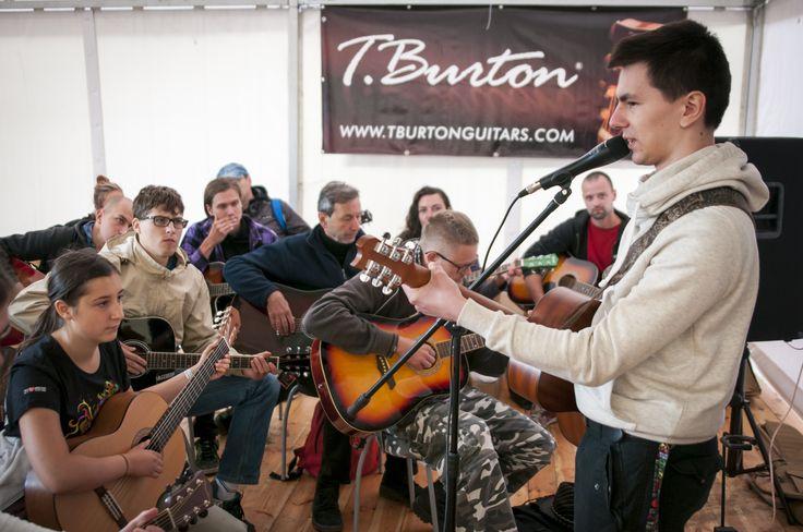 W tym roku również będziecie mogli wziąć udział we frikolekcjach, czyli darmowych lekcjach gry na gitarze. Fot. Grzegorz Adamek