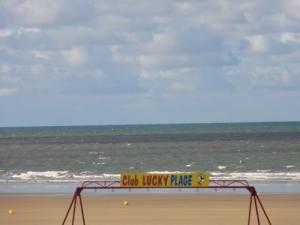 A la plage sans griller l'bébé ! - tente anti UV Babymoov