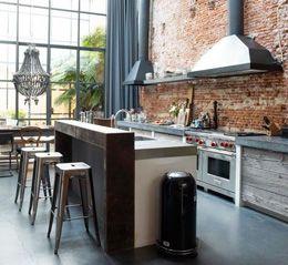 industriële keuken met bakstenen muur