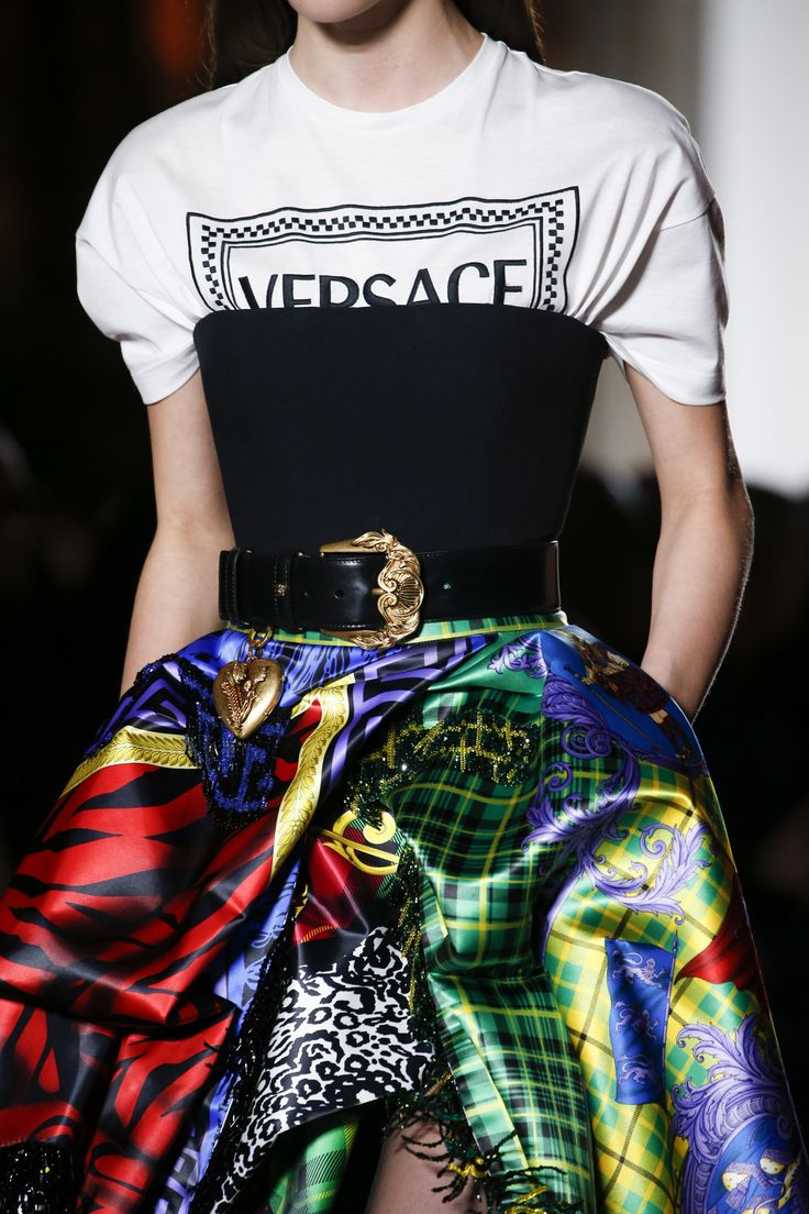 Versace logo tee, black bustier and bright printed skirt - Versace Fall 2018 #ontherunway...x