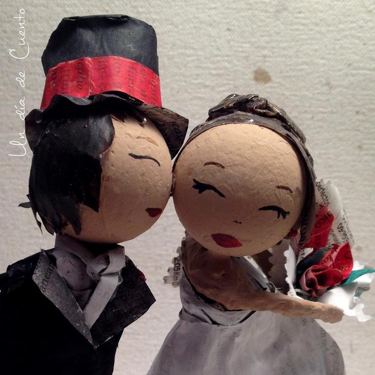 Muñecos de tarta de boda realizados a mano, con las principales características de los novios!