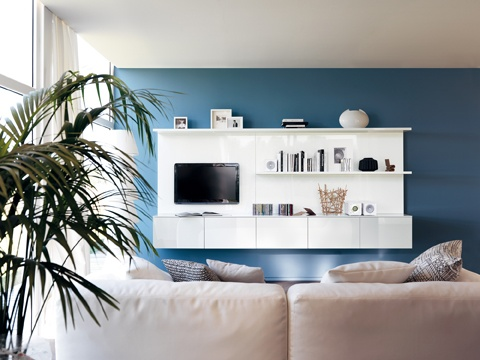 LiberaMente by #Scavolini. As a continuity with the operational area, the  suspended #living room composition adds other opportunities to domestic and social life. A relaxed and welcoming atmosphere reigns over  the elegant containers, inner shelves, shelves  and TV space.
