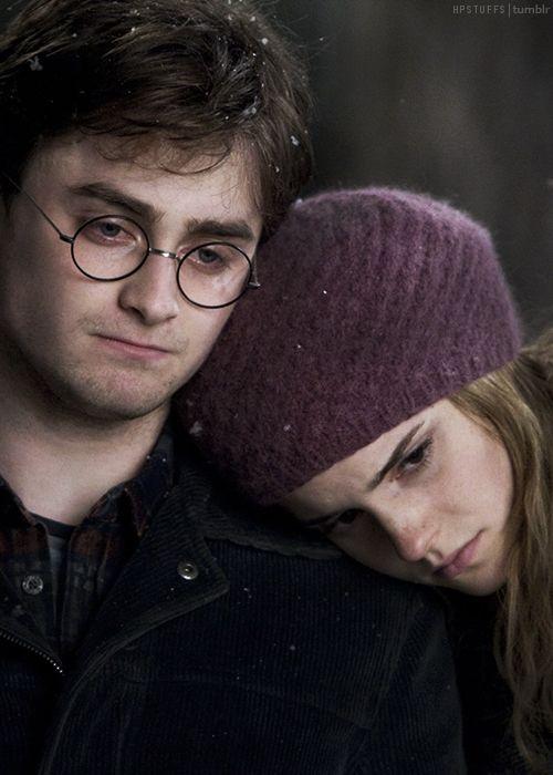 This tumblr is entirely dedicated to the Harry Potter series and cast! Enjoy! ;). Valle de Godric // El nombre del pueblo es en honor de uno de los famosos fundadores de Hogwarts, Godric Gryffindor, quién vivió allí. Fue una de las pequeñas comunidades semimágicas con varios residentes famosos.