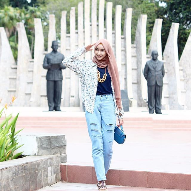 [Tap For Detail] Ripped jeans @ancienstore . Kemeja Pattern @volare.id Thankyou ----- . . Jakarta panash. Ditambah panas karena dua minggu kedepan akan UTS. Bismillah, inna ma'al usri yusro (Note: gue ga lagi hormat huakakak itu menutupi silaunya matahari jakarta. Kalo ga ditutup nanti makin silau. Makin sipit. Tengkyu. Wkwk #hijabootdindo @hijabootdindo