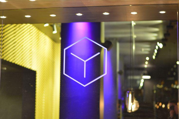 Už jste se byli podívat na logo Grand Hotelu**** Imperial v restauraci Zlatý kohout? Ne? Přijďte k nám a my Vám třeba barvu přizpůsobíme. Jsme tu pro Vás! #pytloun #liberec #zlatykohout #goldcock #restaurant #imperial #grandhotel #logo #purple