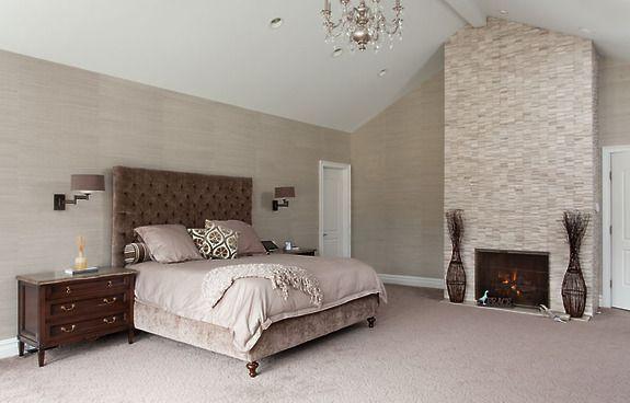 Kolekcja naturalnych oklein ściennych (tapet) Bermuda Hemp kolor Elephant jako dopełnienie ciepłej i przytulnej sypialni.