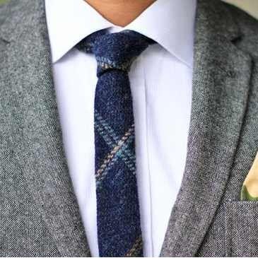 💫Как завязать тонкий галстук — стильные узлы на узких моделях?! 🤔Давайте разберемся!👇  🎩Присутствие галстука в образе молодого человека👌 гарантированно делает его стильным и колоритным. 〰️▪️Узкий черный галстук идет мужчинам худощавого и спортивного телосложения. 〰️▪️Для мужчин в теле лучше выбрать модели более широкие или же отдать предпочтение галстукам с горизонтальным декором. 〰️▪️Цветные галстуки принято подбирать под цвет костюма, обуви, других аксессуаров. 〰️▪️Мужчинам с четкими…