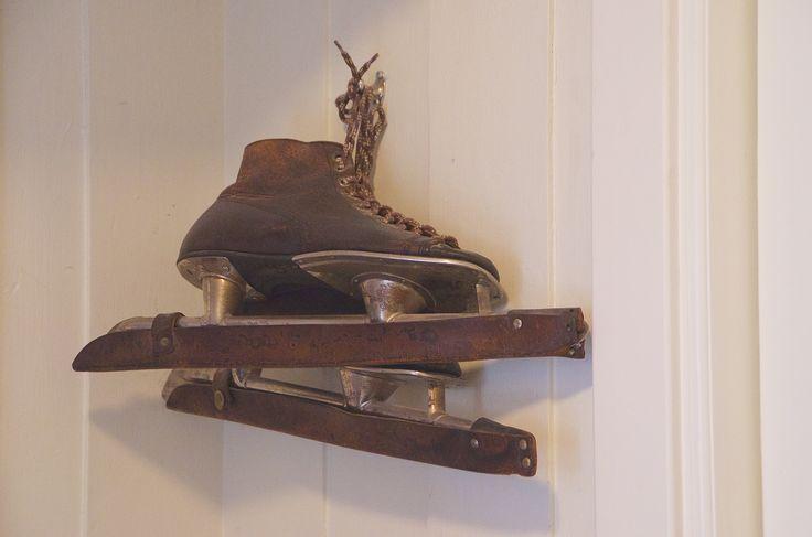 Svigerfars gamle skøyter henger i gangen.