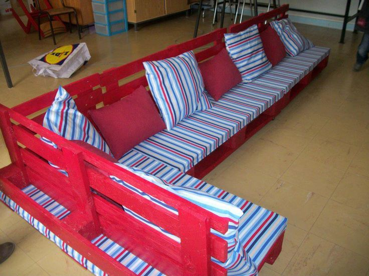 Pallet reading corner for a school. One of many interesting class room set ups to spark a love for reading!