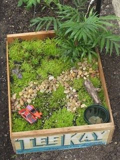 DIY Fairy Garden: Gardens Ideas, Gardens Fun, Gardens Boxes, Little Gardens, Minis Gardens, Miniatures Fairies Gardens, Gardens Design, Old Crates, Miniatures Gardens