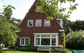 #Jaren30 #woning. Mooie grote ramen voor de woonkamer. Verder kleine glas-in-loodraampjes.