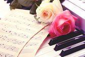 Plano de fundo do teclado de piano com rosas — Fotografia de Stock #11710559