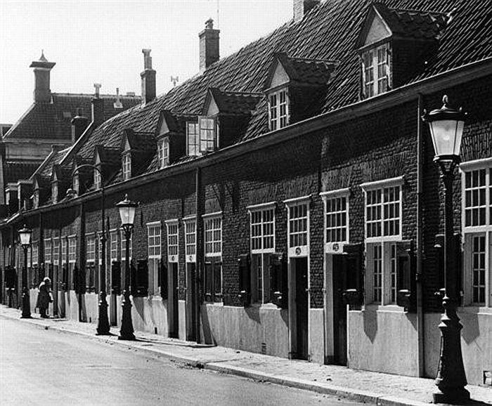 1964. De Agnietenstraat met de Vrijwoningen van de Fundatie van Maria van Pallaes